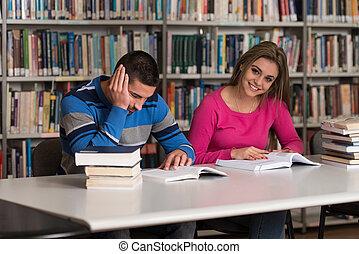 retrato, de, um, estudante, par, em, um, biblioteca