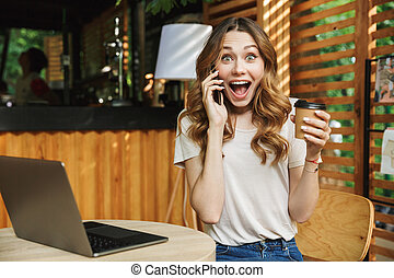 retrato, de, um, excitado, menina jovem, falando telefone móvel
