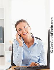 retrato, de, um, executiva, falando, telefone