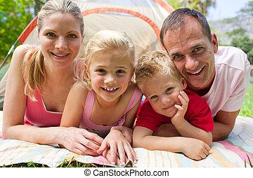 retrato, de, um, família feliz, mentir grama