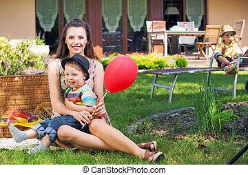retrato, de, um, família feliz, tocando, jardim