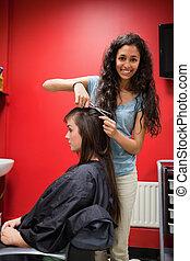 retrato, de, um, feliz, femininas, cabeleireiras, cabelo cortante