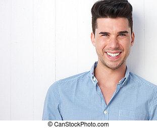 retrato, de, um, feliz, homem jovem, sorrindo