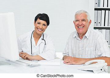 retrato, de, um, feliz, médico feminino, com, macho, paciente