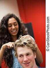 retrato, de, um, femininas, cabeleireiras, cabelo cortante