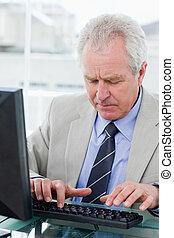 retrato, de, um, gerente velho, usando, um, computador