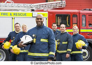 retrato, de, um, grupo, de, bombeiros, por, um, despeça motor