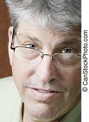 retrato, de, um, homem, com, óculos