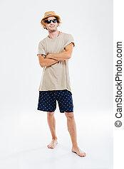 retrato, de, um, homem sorridente, em, óculos de sol, e, chapéu, ficar