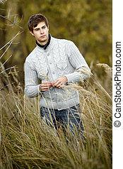 retrato, de, um, jovem, bonito, homem, em, um, suéter
