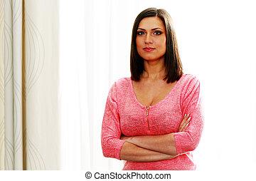 retrato, de, um, jovem, mulher bonita, com, braços dobraram