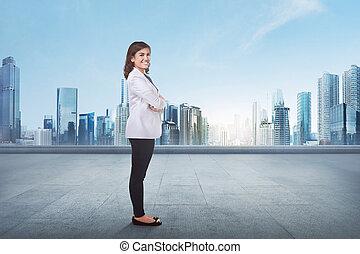 retrato, de, um, jovem, negócio asiático, mulher, com, braço cruzado
