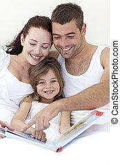 retrato, de, um, leitura menina, com, dela, pais, cama