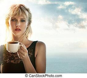 retrato, de, um, loiro, café bebendo, ao ar livre