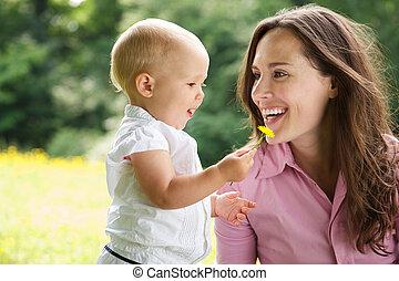retrato, de, um, mãe criança, sorrindo, ao ar livre