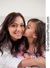 retrato, de, um, menina, beijando, dela, mãe