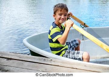 retrato, de, um, menino, em, um, bote