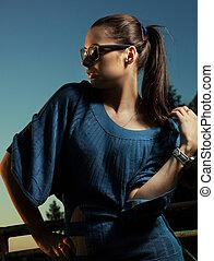retrato, de, um, mulher bonita, óculos sol cansativo