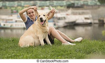 retrato, de, um, mulher, com, dela, bonito, cão, mentindo, ao ar livre