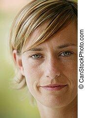 retrato, de, um, mulher, com, shortinho, cabelo loiro