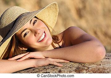 retrato, de, um, mulher feliz, sorrindo, com, perfeitos, branca, sorrizo