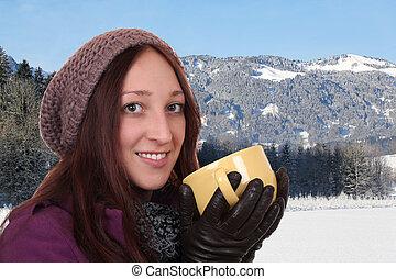 retrato, de, um, mulher jovem, bebendo, xícara chá, montanhas