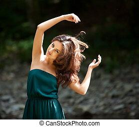 retrato, de, um, mulher jovem, com, braços levantaram