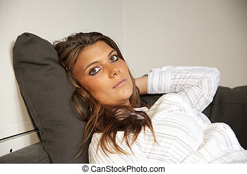 retrato, de, um, mulher jovem, com, dela, mãos, cabelo