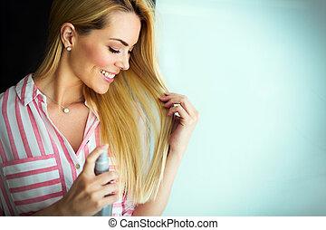 retrato, de, um, mulher jovem, penteado, dela, cabelo, com, pulverizador