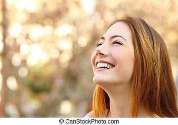 retrato, de, um, mulher, rir, com, um, dentes perfeitos
