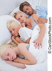 retrato, de, um, par, dormir, com, seu, crianças