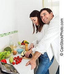 retrato, de, um, par feliz, cozinha