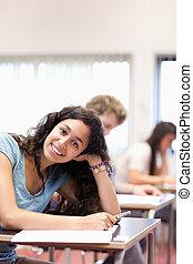 retrato, de, um, sorrindo, jovem, estudante, posar
