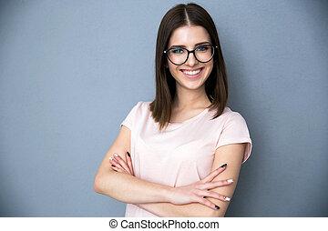 retrato, de, um, sorrindo, mulher jovem, com, braços dobraram