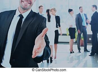 retrato, de, um, sucedido, homem negócios, dando uma mão