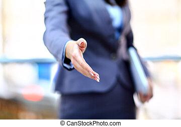 retrato, de, um, sucedido, homem negócios, dando uma mão, para, negócio