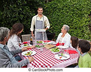 retrato, de, un, alegre, familia , en el jardín