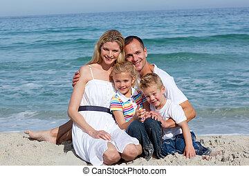 retrato, de, un, alegre, familia , sentado, arena