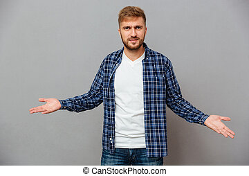 retrato, de, un, barbudo, casual, hombre shrugging, hombros