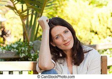 retrato, de, un, bastante, mujer, en el jardín
