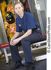 retrato, de, un, bombero, en, el, parque de bomberos, vestuario