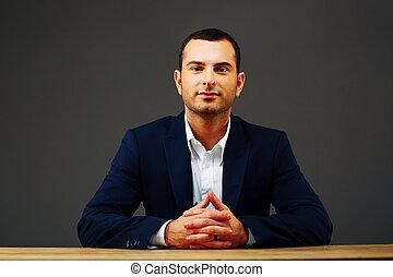 retrato, de, un, confiado, hombre de negocios, el sentarse en la tabla