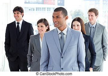 retrato, de, un, encantado, equipo negocio, posición