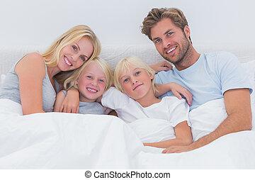 retrato, de, un, familia , en cama