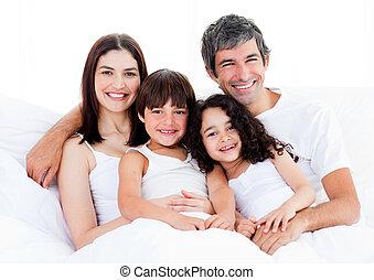 retrato, de, un, familia feliz, sentado, en, un, cama