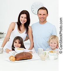 retrato, de, un, familia , teniendo, desayuno, juntos, en la cocina