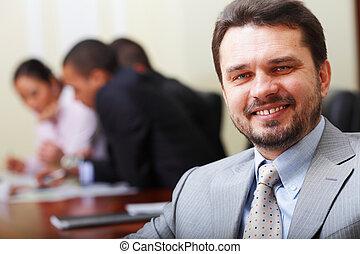 retrato, de, un, feliz, 3º edad, hombre de negocios, en, oficina, con, el suyo, equipo negocio, trabajando, atrás