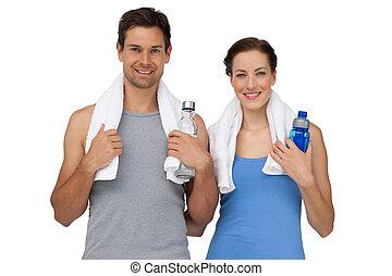 retrato, de, un, feliz, ataque, pareja, con, botellas del agua