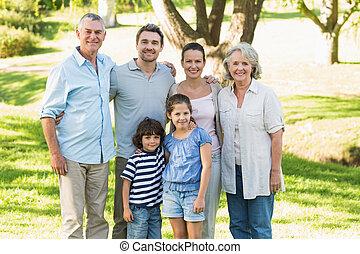 retrato, de, un, feliz, familia extendida, en el estacionamiento