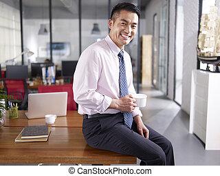 retrato, de, un, feliz, negocio asiático, ejecutivo, en, oficina